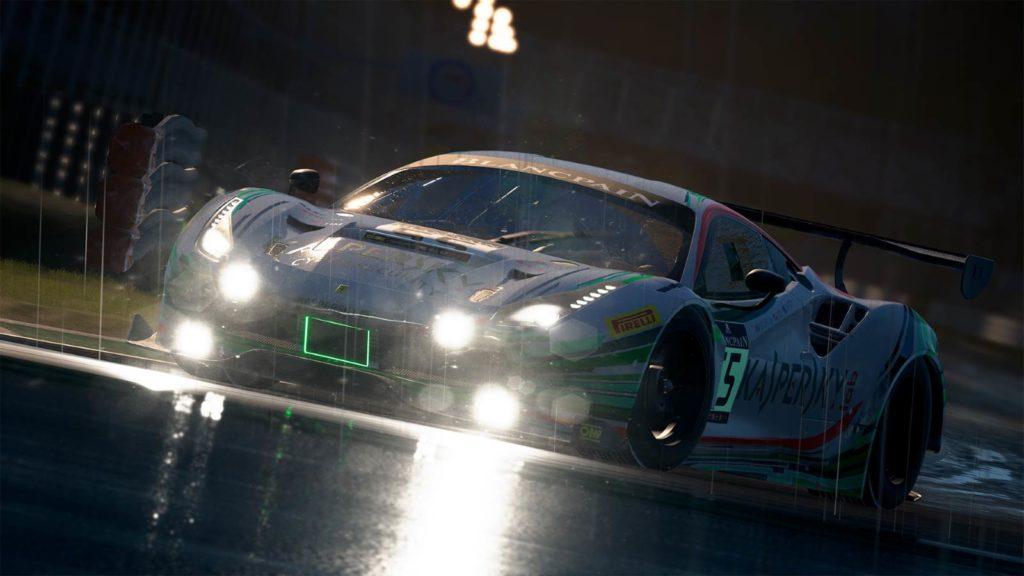 Una immagine del nuovo Assetto Corsa Competizione: una Ferrari 488 GT da corsa di notte e con la pioggia